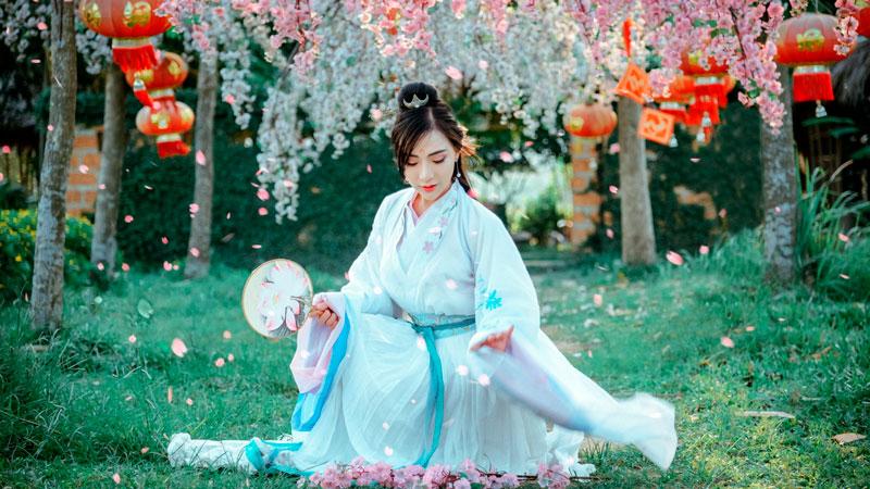 азиатская девушка в саду